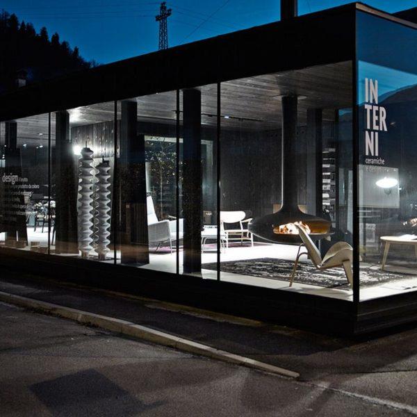 Interni Ceramiche & Design: realizzazione showroom in vetro a tutta altezza e profili in acciaio
